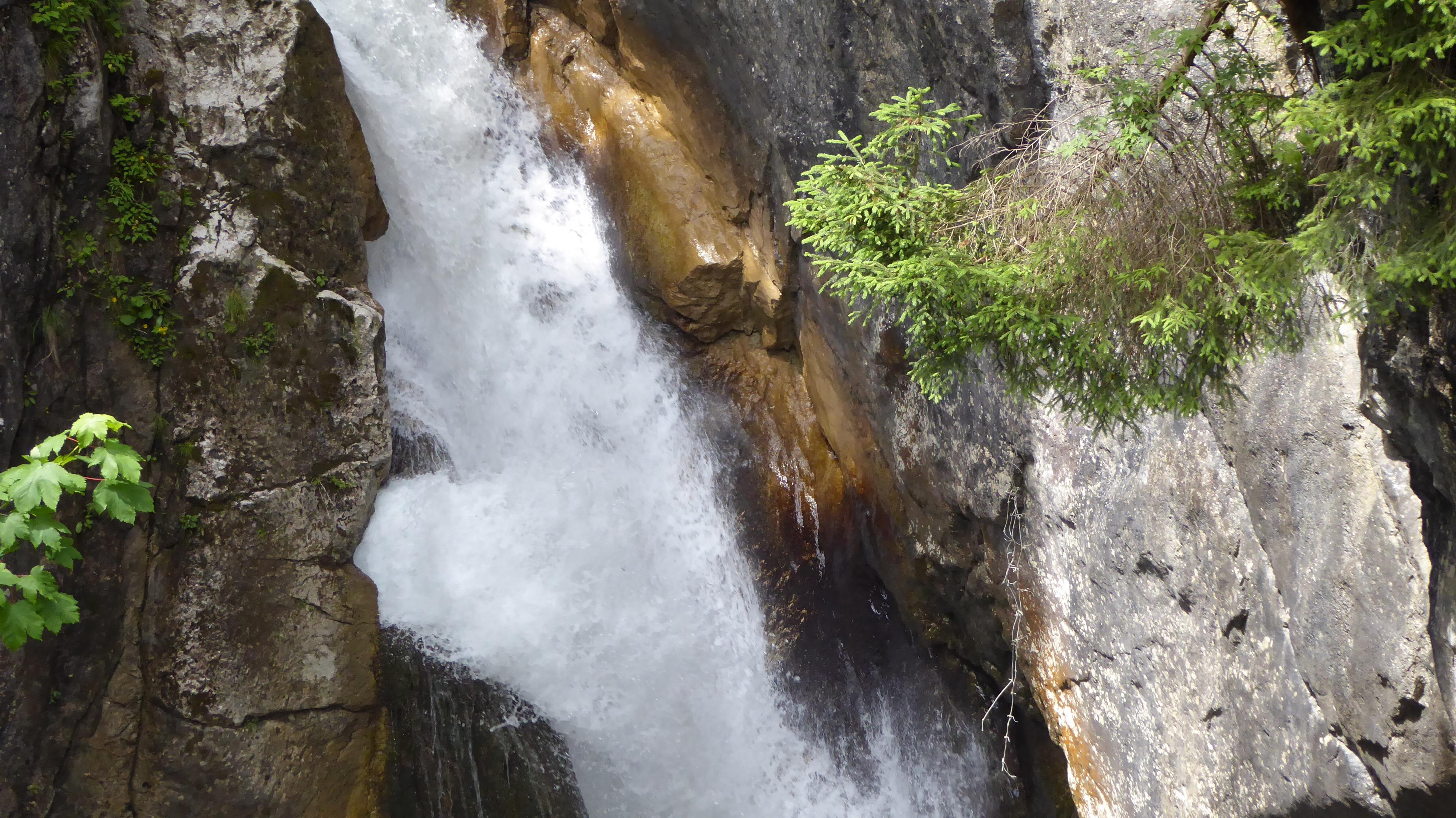 Beeindruckende Wassermaßen am Wasserfall