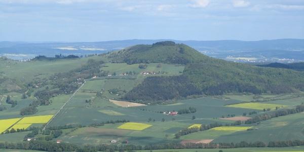 Blick vom Bärenbergturm zum Hohen Dörnberg; hinten der Kaufunger Wald