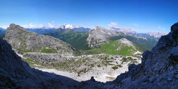 Blick vom Einstieg auf Hexenstein, Marmolada und Piz Boe (von links nach rechts)