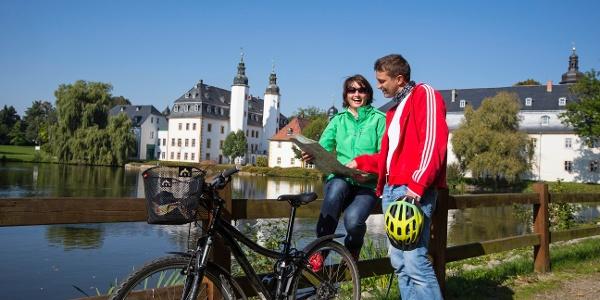 Radfahrer vor Schloss Blankenhain