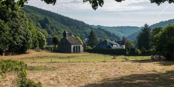 Wir starten am Sportplatz Finkenauel und erreichen bald die Kapelle Sankt Hubertus