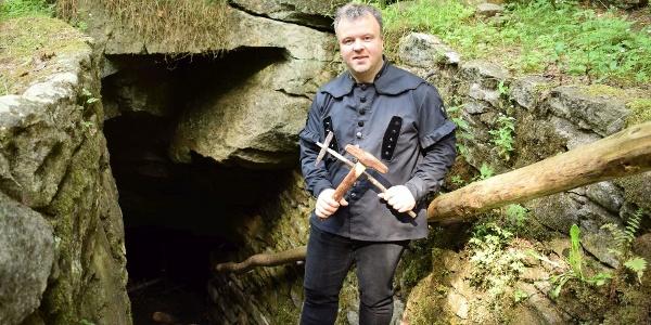Wanderführer Falk Findeisen an der Stülpner-Höhle im Greifensteinwald
