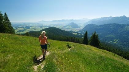 Abstieg vom Edelsberg mit Blick ins Tal des Ostallgäus
