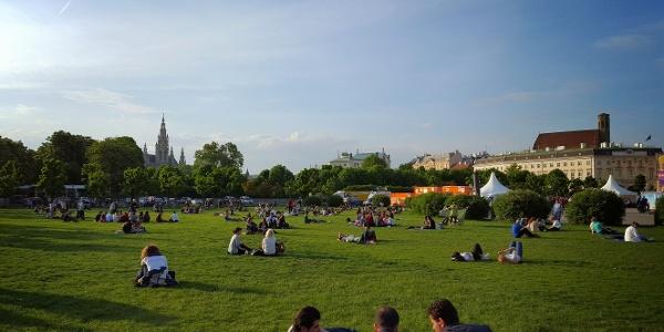 Am Heldenplatz mit Blick aufs Wiener Rathaus