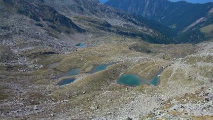 Die blauen Seen. Zum Baden am besten geeignet ist der am tiefsten gelegene See.