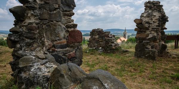 A kisfaludi templomrom, a háttérben Mindszentkálla temploma