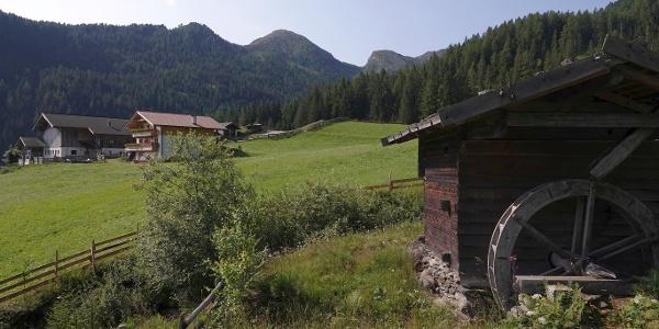 Kostbarkeit am Wegesrand: Die alte Getreidemühle des Kratzegghofes direkt neben dem Parkplatz in Ulfas, dem Ausgangspunkt unserer Wanderung über die Ulfaser Alm.