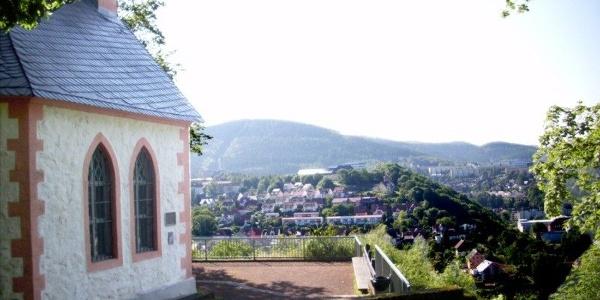 Blick von der Ottilienkapelle (links im Bild) auf Suhl, die Heimatstadt des Komponisten Herbert Roth