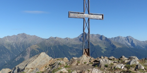 Am Gipfel der 2.180 Meter hohen Matatzspitze - eine lohnende und durchaus auch mit Kindern ohne große Schwierigkeit machbare Tourenerweiterung unserer Almrundwanderung (zusätzlich ca. 40 Gehminuten und 185 Höhenmeter)