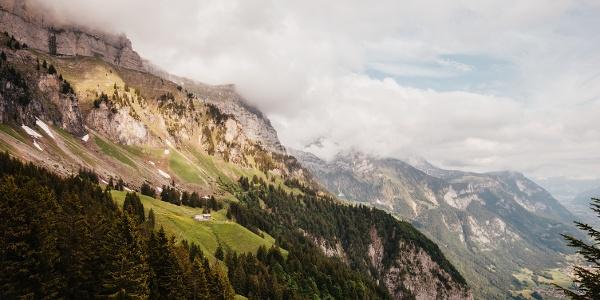 Die Alp Tschingla hoch über dem Seeztal in Sichtweite