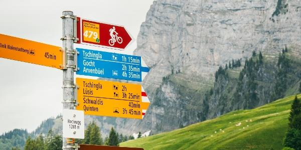Wegweiser beim Aufstieg zur Alp Tschingla