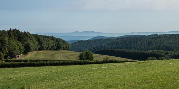 Wir starten an der Florianshütte bei Ramersbach (links im Bild); der Blick reicht bis hinüber zum Siebengebirge.