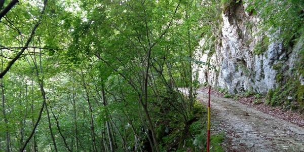 In die Wand gehauener Weg verläuft auf den steilen Hängen des Kolovrat