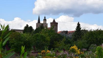 Blühende Gärten und Türme der Stadt