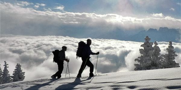 Tourengeher über dem Nebelmeer.