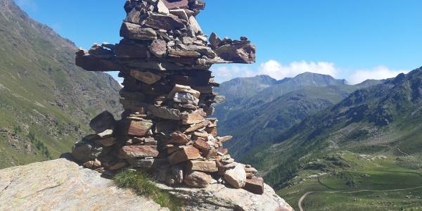 Weiter zu Fuß hinauf zum Steinmann kurz vor dem...