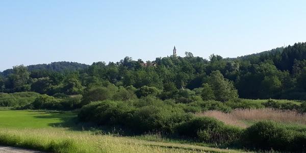 Volti, entlang des Weges mit dem Kirchturm von St. Josef im Hintergrund