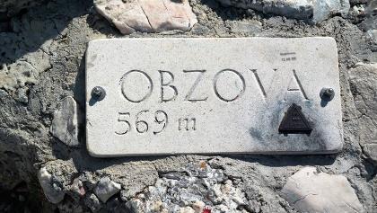 Steintafel auf dem Obzova (569 m), höchste Erhebung auf Krk.