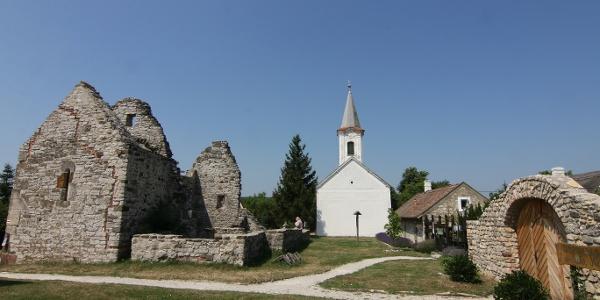 A felsődörgicsei Szent Péter-templomrom és az evangélikus templom
