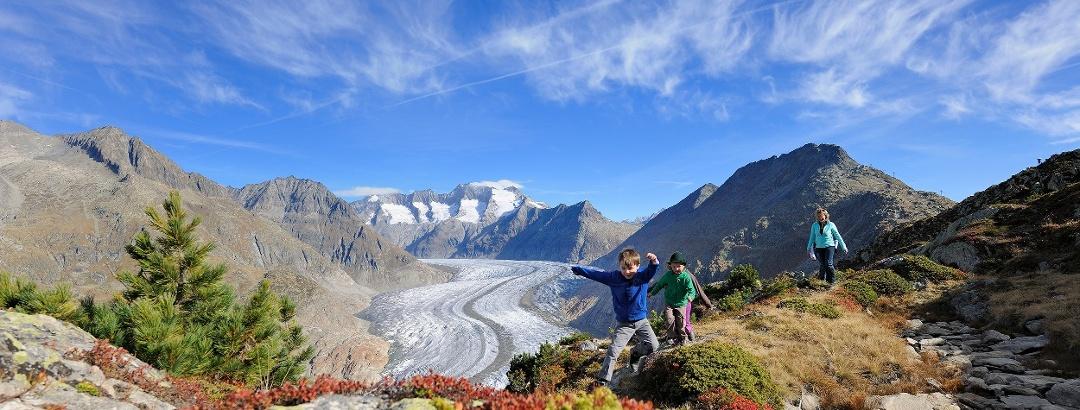 Familien-Wanderspass an der Herbstsonne entlang des Grossen Aletschgletschers
