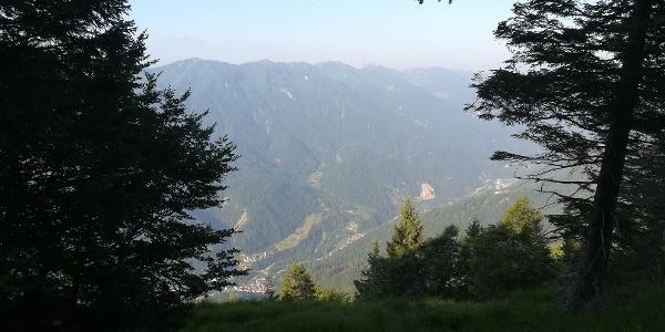 knapp vor dem Berggipfel Mt. Talm noch ein Blick nach unten in das Val Pesarina mit den Ortschaften Prato Carnico, Pieria und Pesariis – dahinter der Mt. Novarza