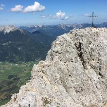 Schmaler ausgesetzter Grad vor dem Gipfel
