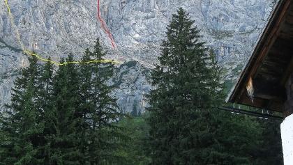 Blick von der Jagdhütte Hochgscheid zur Tour (rot) und Abstieg über die Rinne (gelb)
