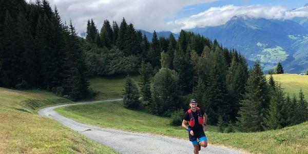 Wunderbar laufbare Bergstrasse in Richtung Alp da Sevgein