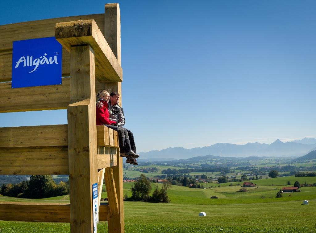 Deutschlands größte Wanderbank  - @ Autor: Kees van Surksum  - © Quelle: Kur- und Tourismusbüro Oy-Mittelberg
