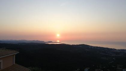 El sol está sobre la península de Palamós.