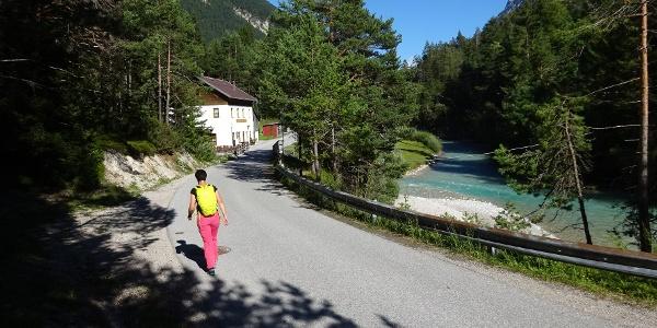 Zuerst noch ca. 1,5 km auf der Asphaltstraße bis zum Wiesenhof. Dann links ...