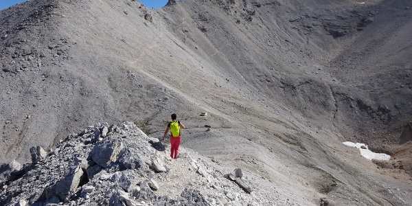 Unterwegs am Toni-Gaugg-Höhenweg Richtung Karwendelhaus. Unten die Biwakschachtel im Breitgrießkar, hinten die Seekarscharte.