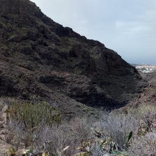 Panorama der Schlucht am Anfang, im Hintergrund rechts ist Adeje