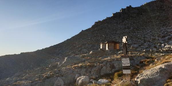 Winterhütte und Wegbeginn