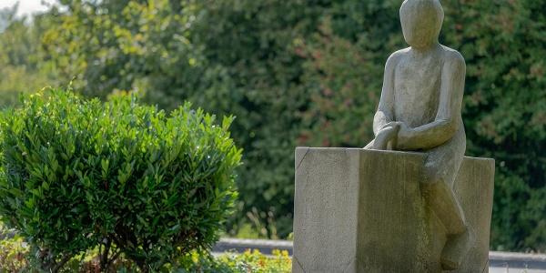 Skulptur, Mann mit Koffer
