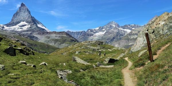 Wanderweg mit Blick auf das Matterhorn
