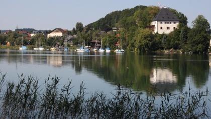 Das Schloss Mattsee liegt idyllisch auf einer kleinen Landzunge mitten im See.