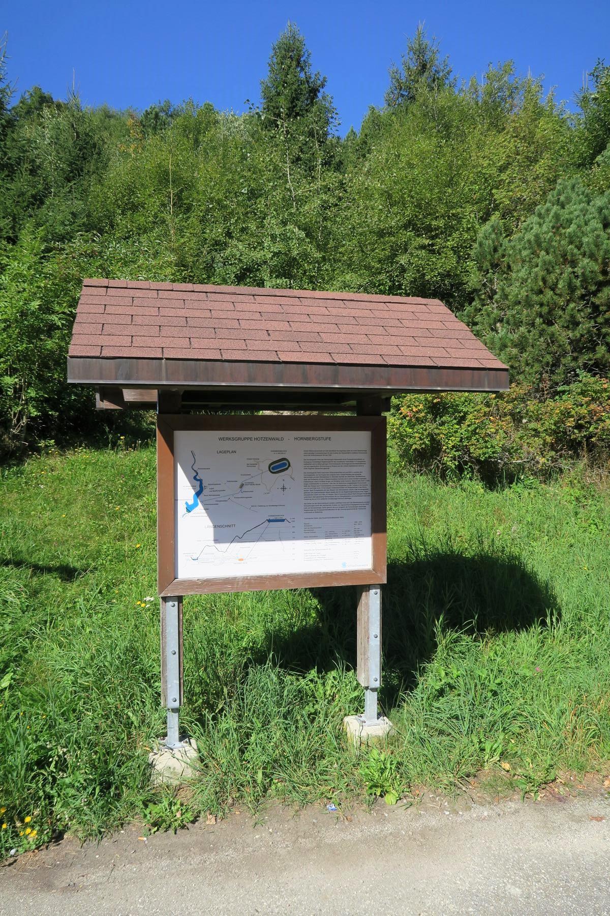 Infotafeln geben am Hornbergbecken Auskunft.