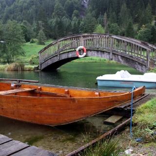 Mit dem Ruderboot auf den Forellenteichen des Freizeit- und Wildparkes Unterpauern.