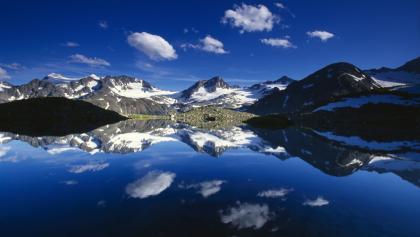 Mutterbergersee mit Alpenhauptkamm