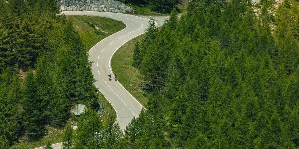Cyclistes sur la route du Mattmark