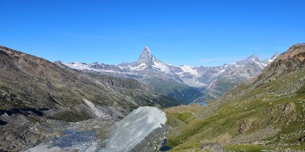 Auf dem Wanderweg Richtung Pfulwe. Im Hintergrund die Fluhalp und das Matterhorn.