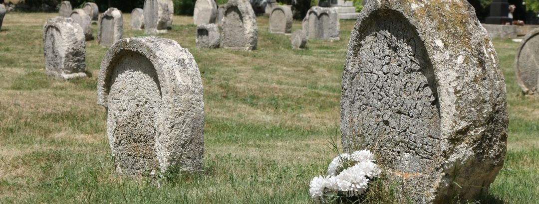 Szív alakú sírkövek a balatonudvari temetőben