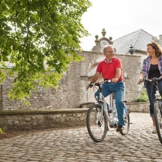 Radfahrer vor der Burg