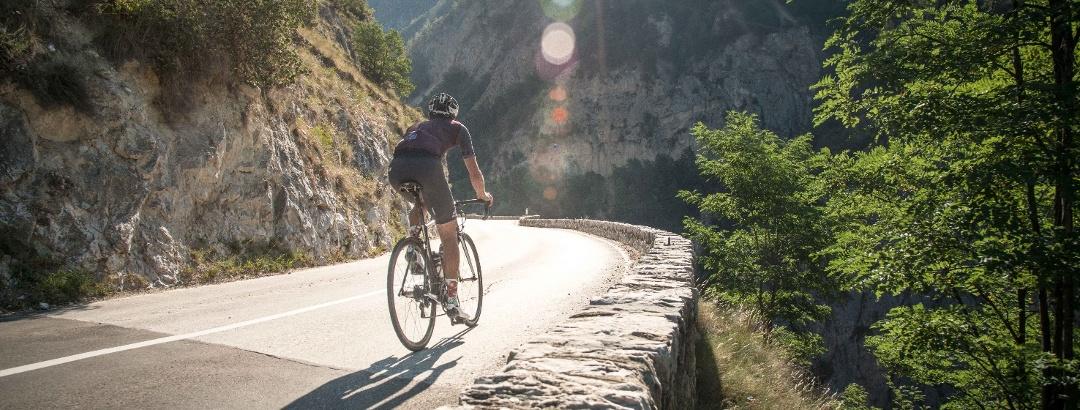 Cycliste sur la route du val d'Anniviers