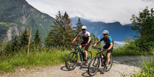 Radfahrer auf der Tour durchs Trienttal