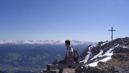 Am Gipfel der Speckkarspitze (2621 m). Blick nach Süden zu den Tuxer Alpen.