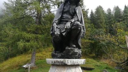 Die Bronzefigur Dr. Julius Kugy, dem Erschließer der Julischen Alpen, in der Zgornja Trenta/Nationalpark Triglav - Südwestansicht