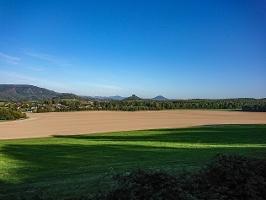 Foto Kurz vor Reinhardtsdorf - Blick in Richtung Schöna, Zirkelstein (Mitte) und Kaiserkrone (Vordergr. li), im Hintergrund der Rosenberg in Tschechien