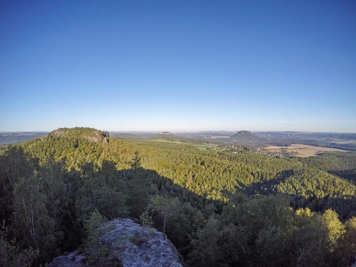 Foto Traumhafte Aussicht vom Papststein zum Gohrisch, zur Festung Königstein und zum Lilienstein (v. l. n. r.)